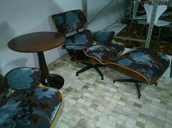Poltrona Charles Eames com banqueta em tecido
