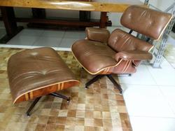 Poltrona Charles Eames  em couro marrom