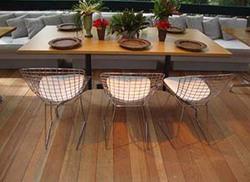 Ambiente - I Cadeira Bertoia e mesa de madeira segmentada