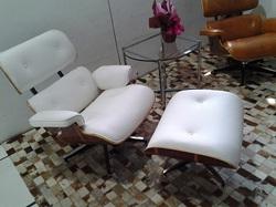 Poltrona Charles Eames  em couro branco