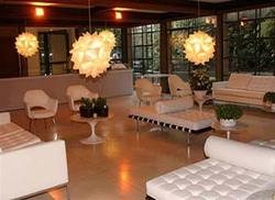 Ambiente - II Cadeiras Saarinen base fixa, couch Barcelona, mesa de centro Saarinen e sofá F. Knool