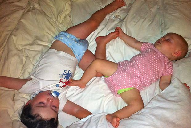 Comment faire dormir un b b et un petit enfant dans la for Bebe dort chambre parents