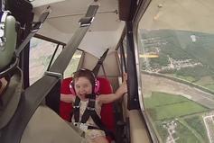 Petite_fille_vole_avion