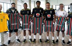 Equipe da seecao brasileira recebe camisas tricolores das maos do vp de projetos especiais pedro antonio ribeiro da silva thumbnail