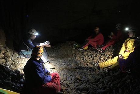 Pause et explication des roches avec le guide
