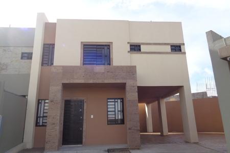 Casa en renta con gran patio en sevilla residencial for Alquiler de casas en benacazon sevilla