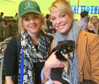 Actress Katherine Heigl met E! News correspondent Ali Fedotowsky at the airport in L.A. to help with the puppies she brought home from Sochi.