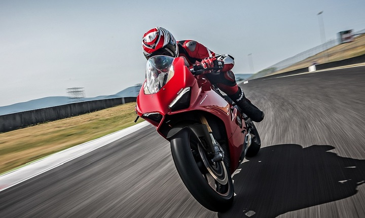 33_panigale_v4_s_uc30058_high-1330x600