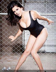 Sunny-leone-strikes-a-seductive-pose-for-shutterbugs