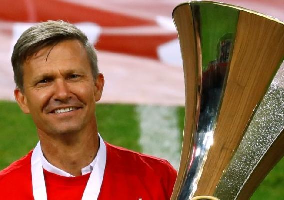 Jesse_marsch_-_asn_top_-_2020_austrian_cup_trophy
