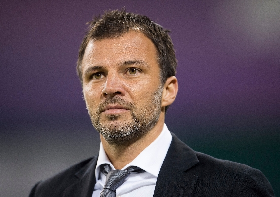 Anthony_hudson_-_asn_top_-_sidlines_in_suit_-_2019-20