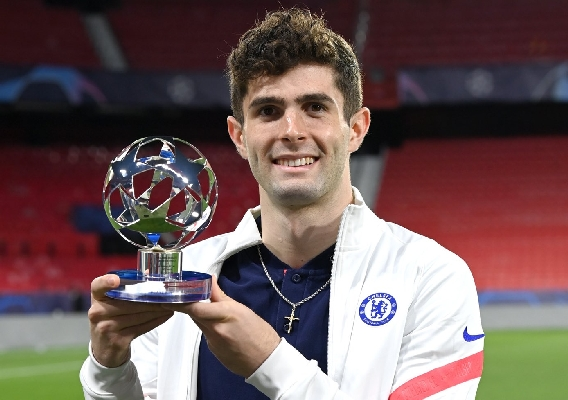 Christian_pulisic_-_asn_top_-_chelsea_-_with_motm_ucl_trophy_-_4-14-21