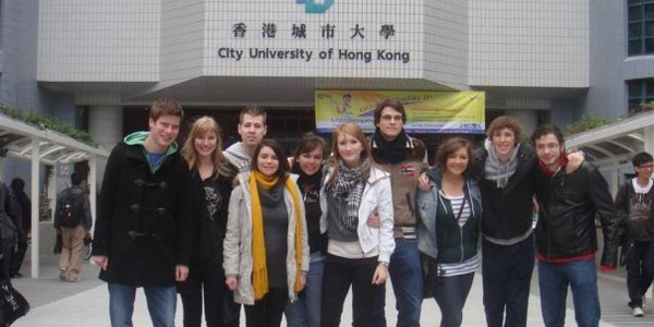 Group_picture_in_front_of_uni