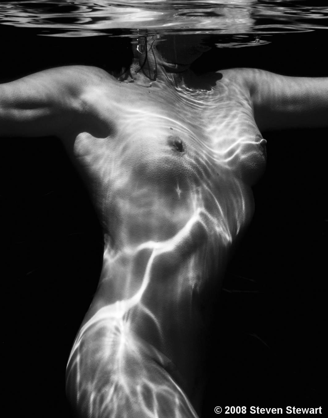 Under Water Nude by Steven Stewart :: Black & White Magazine