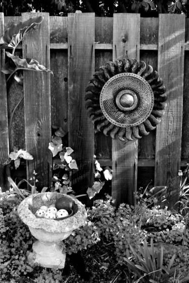 Sun_medallion_with_fence_and_ceramic_bowl