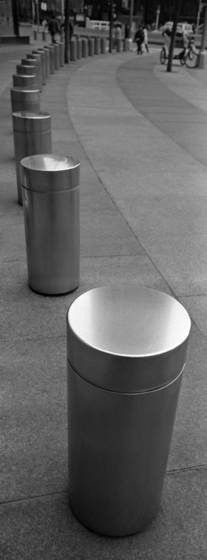 Bollards_at_columbus_circle