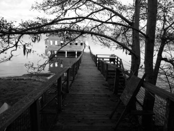 Black_and_white_pier
