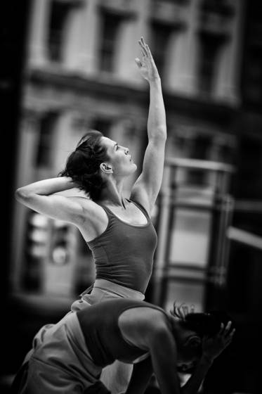 Dancers_on_the_street_2