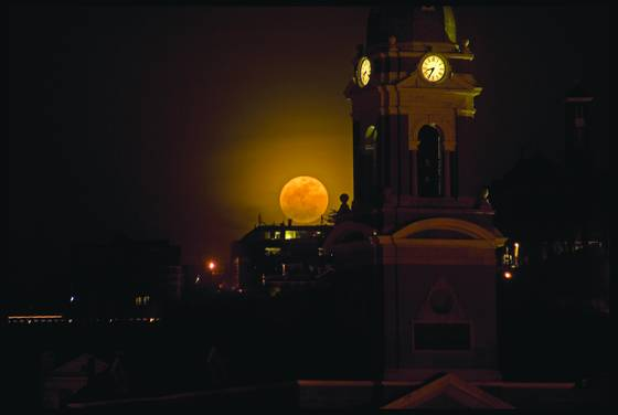 Super_moon_over-the-rhine
