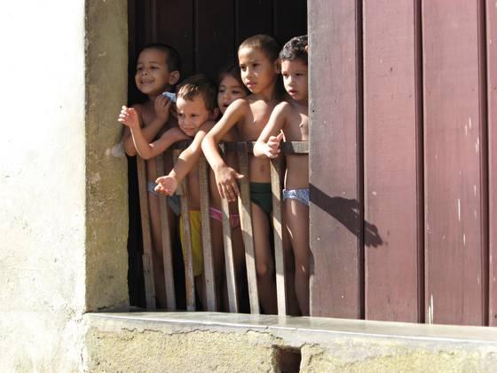 Children_in_doorway