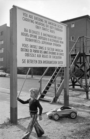 Young_boy_near_checkpoint_charlie
