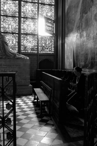 Praying_at_the_notre-dame_cathedral