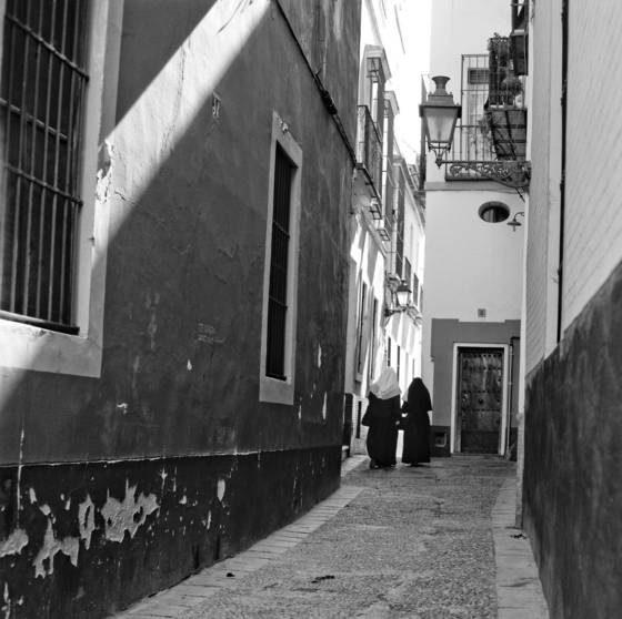 Two_nuns_in_an_alley