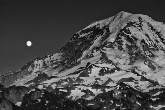 Moonrise_over_rainier