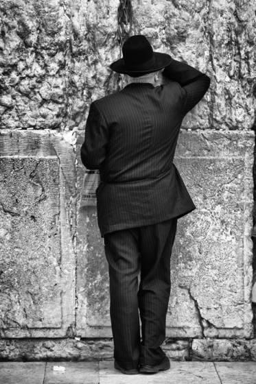 Praying_man_with_black_hat