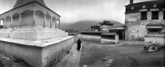 Tibetan_woman_and_temple_china_2006
