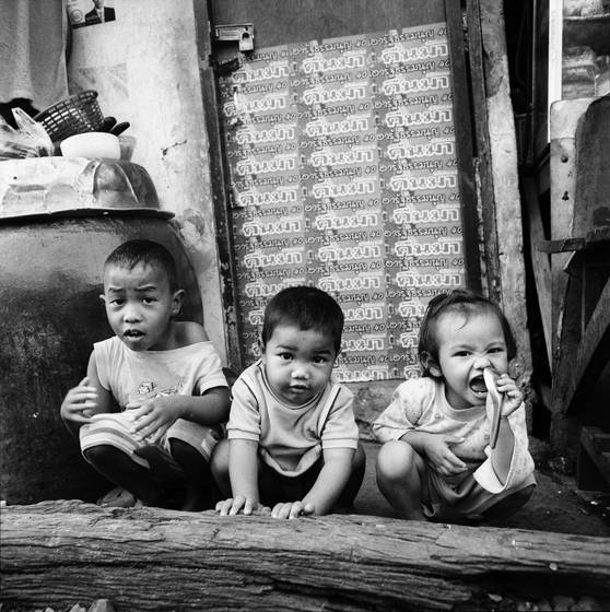 Three_children_by_the_tracks