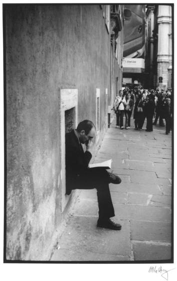 A_man_reading