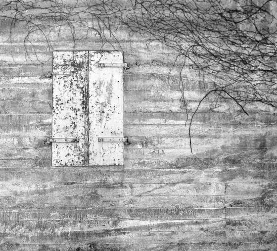 Iron_door_in_concrete_wall