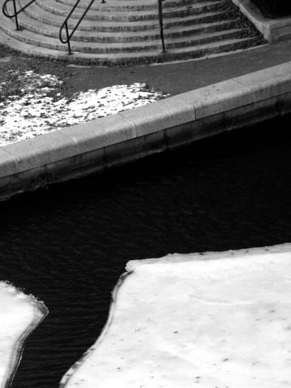 Cracked_ice_in_canal_park
