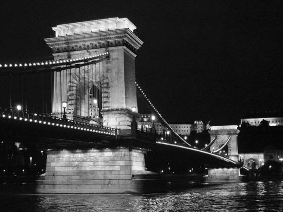 Chain_bridge_at_night