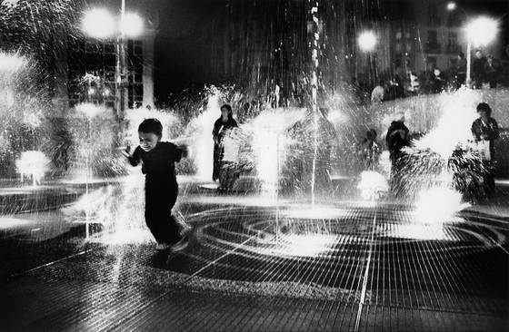 Children_in_fountain