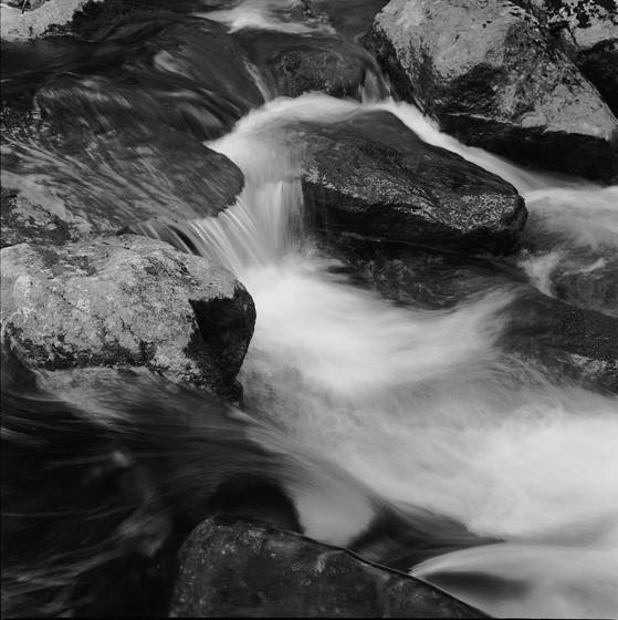 Rocks_and_flowing_water