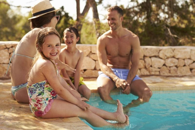 Familia en la piscina