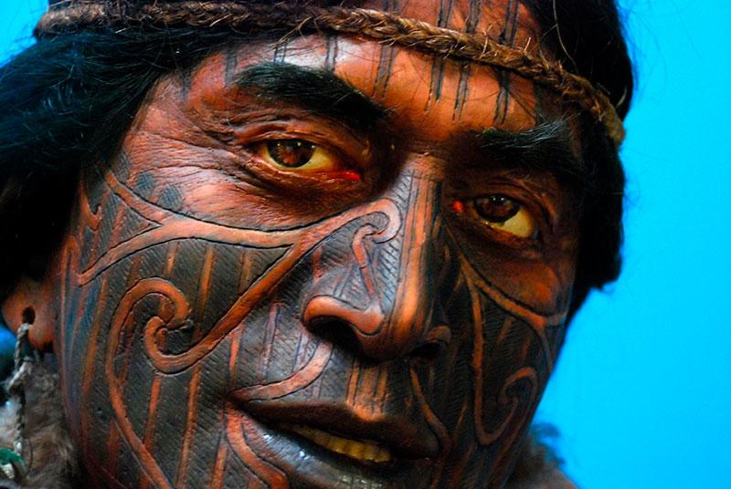 Guerrero maori con tatuajes