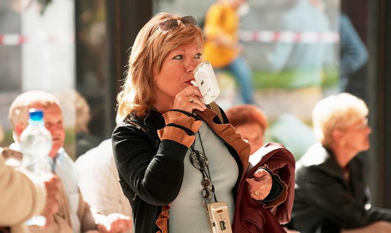Mujer bebiendo en pipa tradicional
