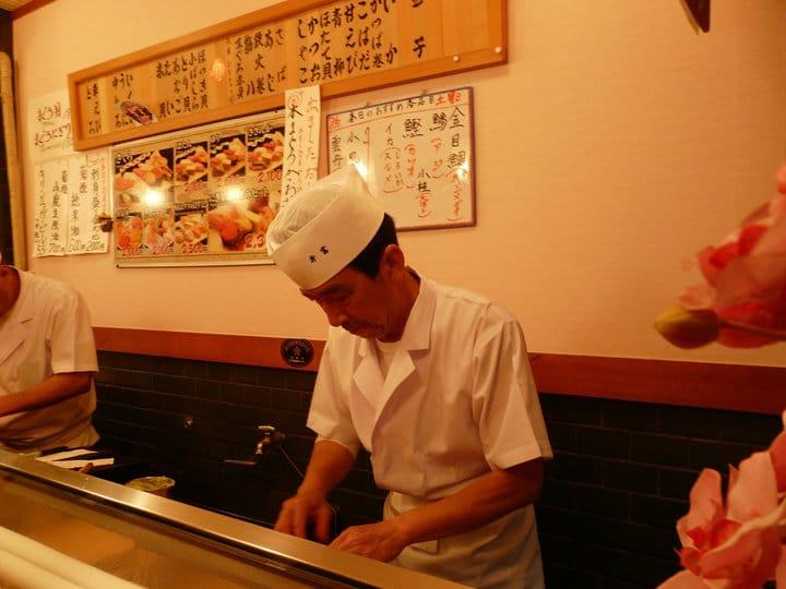 sushi en el mercado de tokyo