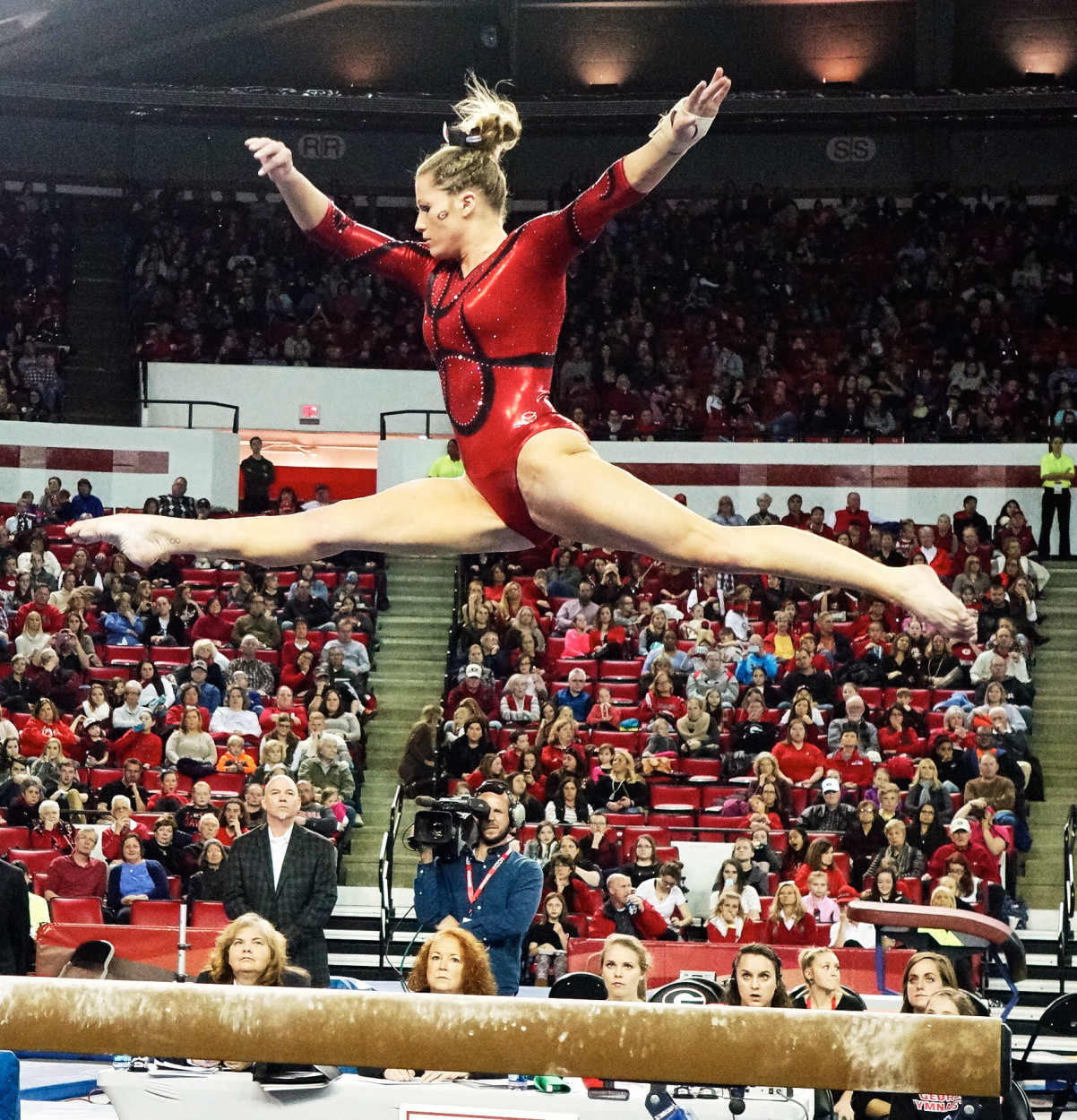 GymDogs gymnast competes on balance beam. Photo: Greg Poole/Bulldawg Illustrated
