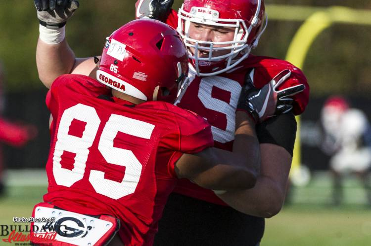 Offensive linemen and tight ends battle during practice November 8, 2016