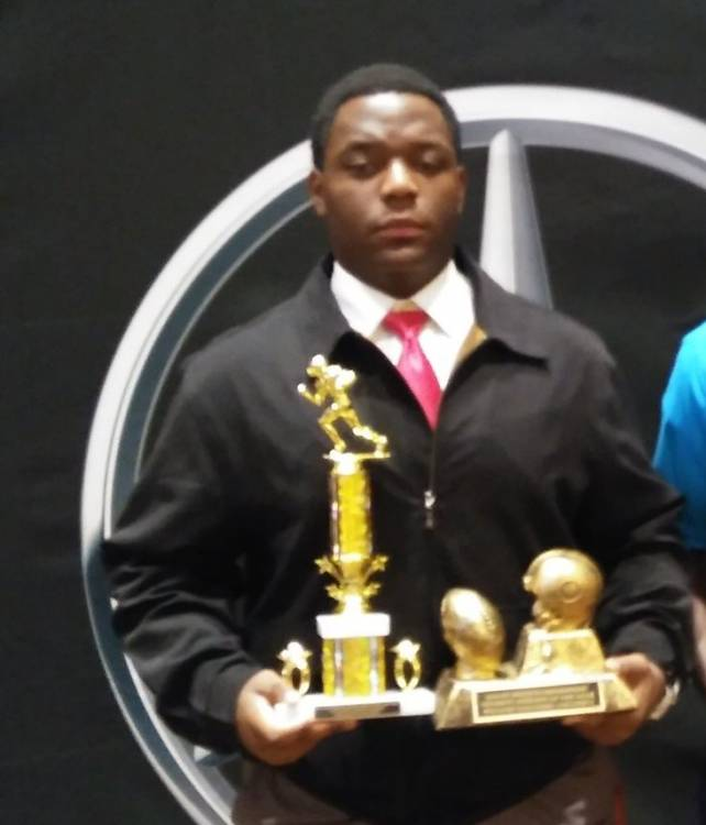 William Nana Fabu receives Columbus Offense and Scholar Athlete award (photo from William Nana Fabu / Twitter)