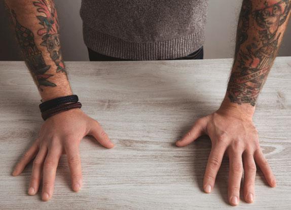 A polêmica envolvendo a tatuagem como proibição para o acesso a cargos públicos