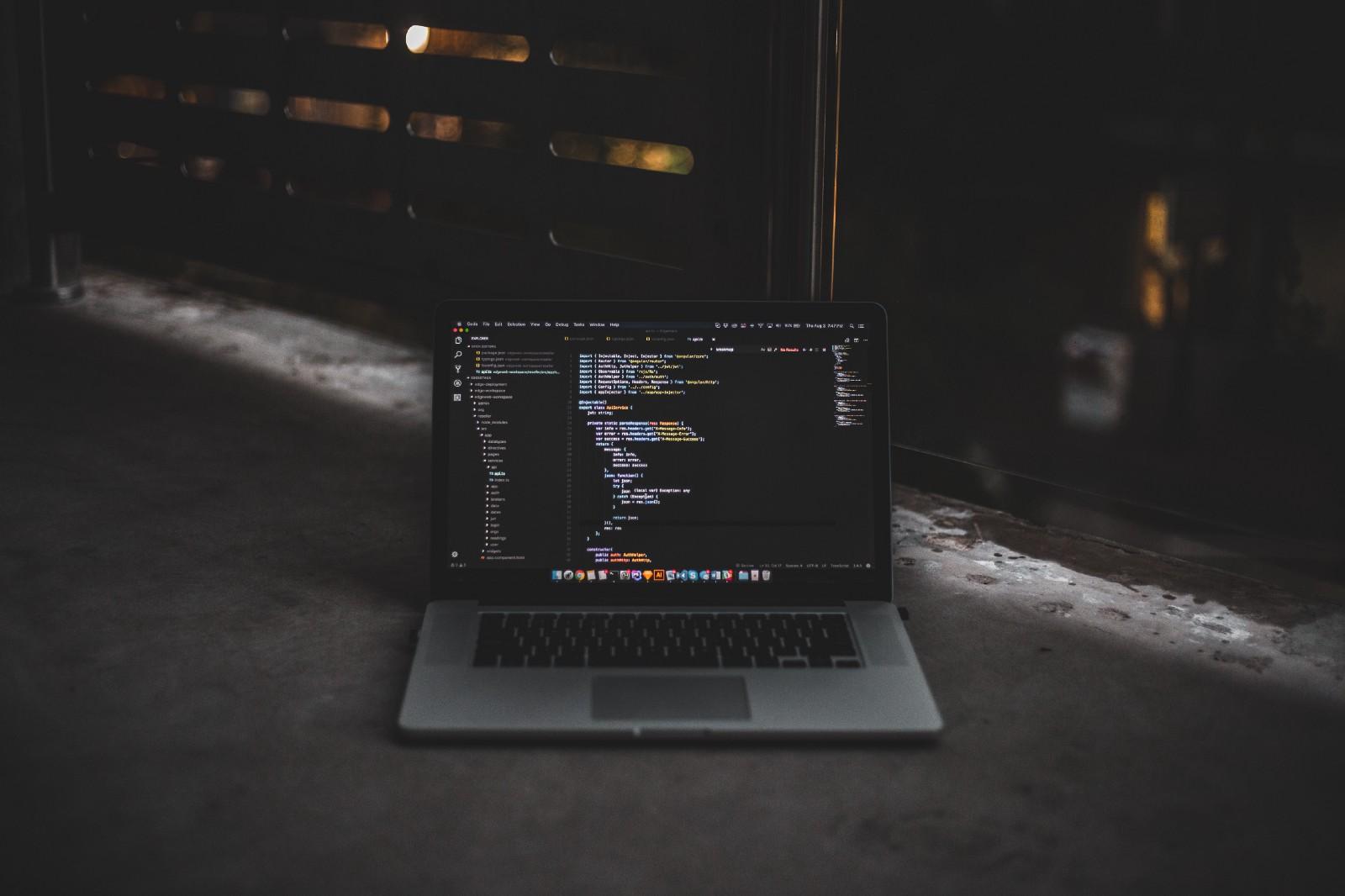 computador com códigos javascript