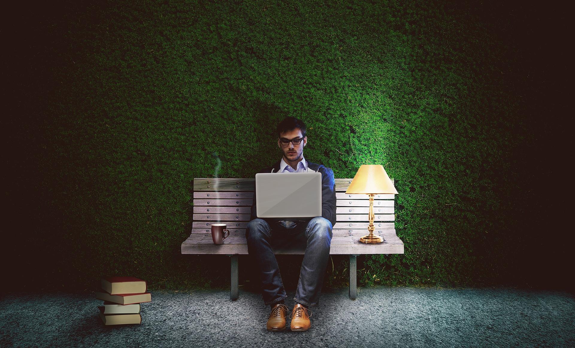 programador sozinho com café e um abajur