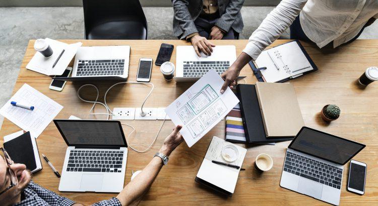 recrutadores discutindo técnicas de seleção criativas no escritório