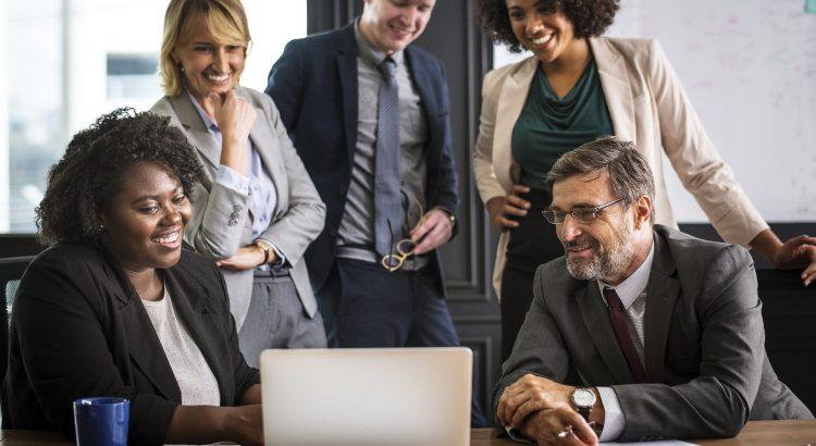 gestores entrevistando candidato em recrutamento online