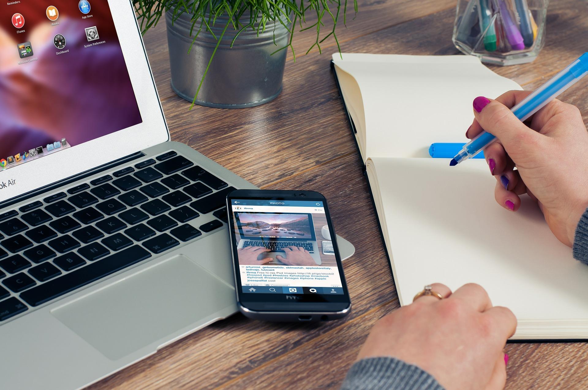 recrutadora montando plano de ação para recrutamento online
